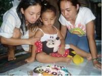 Ook kinderen worden opgenomen. Mica werd gediagnosticeerd met acute myeloïde leukemie. Ze stierf na vier maanden in het Madre Amor Hospice.