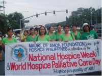 Vrijwilligers van het hospice tijdens de tweede Annual Hospice Walk ter gelegenheid van de nationale Hospice Week en de Wereld Hospice Palliatieve Zorg Dag.