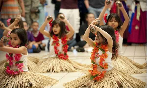 """A dançar """"Hula"""", à procura da santidade"""