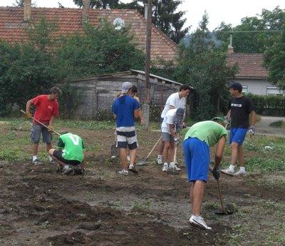 Chicos del Club Juvenil Amura de Madrid, del Club Txindoki de San Sebastián, y del Club Alaiz de Pamplona, colaboraron en un proyecto para ayudar a la población gitana.