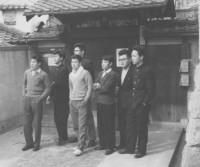 旧精道塾玄関前で、英語クラスの生徒