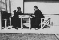 1959年、豊中市の家の庭で、日本語学習に励むホセ・ラモン神父とフェルナンド・アカソ神父