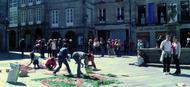 Una alfombra floral dio color a la procesión del Corpus Christi