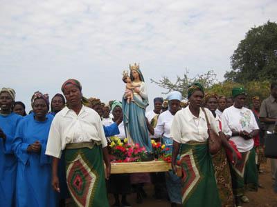 L'immagine della Madonna portata in processione