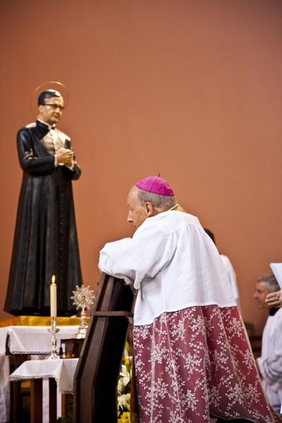 Mons. Javier Echevarría reza junto a la imagen del fundador el Opus Dei.