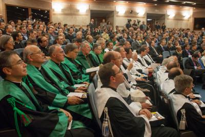 Profesores, estudiantes, miembros del patronato, dependientes y amigos.