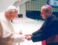 Ioan Paul al II-lea a remarcat faptul că aparținerea credincioșilor laici atât propriei lor dieceze cât și prelaturii Opus Dei, «face ca misiunea specifică a prelaturii să conveargă cu eforturile de evanghelizare ale oricărei Biserici particulare». (Foto cu Prelatul Opus Dei)