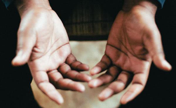 Fraturas nas mãos e na coluna vertebral