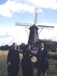 De heilige Jozefmaria (midden) in de buurt van Nijmegen. Links op de foto staat de zalige Álvaro del Portillo.