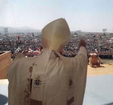 'Hijas e hijos míos: Juan Pablo II, junto al Señor, continúa invitándonos: '¡Levantaos, vamos!'. Para que nos decidamos a reemprender con decisión el camino de nuestra vida cristiana'.