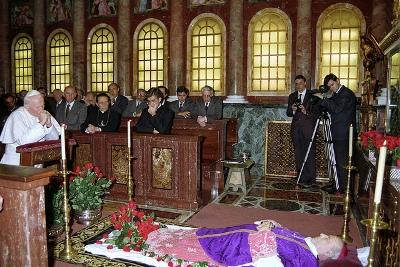 O Santo Padre João Paulo II foi rezar perante os restos mortais de Dom Álvaro