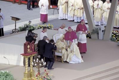 El prelado del Opus Dei saluda a Juan Pablo II durante la ceremonia de canonización de San Josemaría