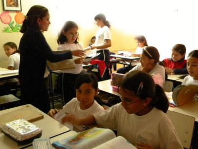 Las niñas pequeñas reciben ya una educación para acceder en el futuro al mercado laboral.