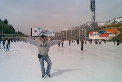 En Almaty, patinando sobre hielo.