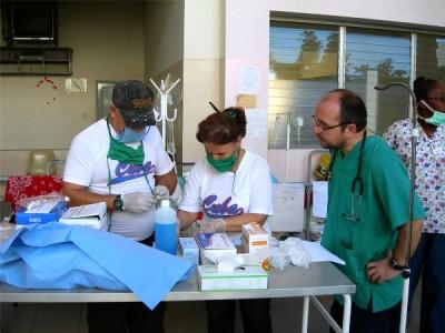 El doctor Alberto Lafuente, anestesista, en Haití.