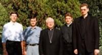 Mgr Antanas Vaicius, entouré de quelques séminaristes de son diocèse