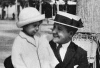Logroño, mayo de 1921. Josemaría a la edad de diecinueve años con su hermano Santiago.