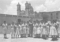 Eva Sámano de López Mateos visitó Montefalco en 1960 y quiso tomarse una fotografía con algunas alumnas.