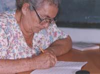 María Jesús, con más de 65 años, ha querido aprender a leer y a escribir.