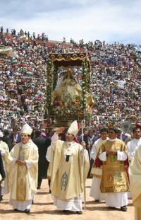 Mons. Sánchez-Moreno y Mons. Javier del Río, actual Arzobispo de Arequipa, con la Virgen de Chapi