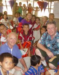 Voluntarios asiáticos ayudan en un orfelinato de Tailandia