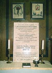 Der ungarische Text der Inschrift lautet:  Vor hundert Jahren und an diesem Tag zeigte die Heiligste Mutter Gottes Maria an diesem Ort ihre Liebe zu ihren Kindern mit Tränen.  Vor fünfzig Jahren und an diesem Tag betete der heilige Josefmaria zum erst