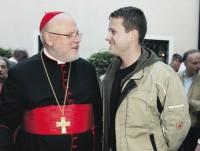 Kardinal Reinhard Marx im Gespräch mit einem Schreinerlehrling beim Empfang im Innenhof des Erzbischöflichen Ordinariats nach der Festmesse.