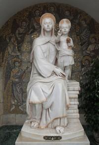 Figura Matki Boskiej na Uniwersytecie