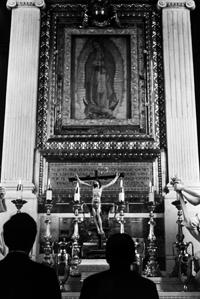 În timp ce să roagă în fața imaginii sfintei Feciore Maria de la Guadalupe