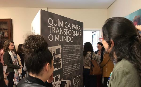 Estudantes de São Paulo com a bem-aventurada Guadalupe