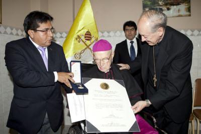 El congresista por Huancavelica, Wuilliam Monterola, hace entrega de la Medalla de Honor, en presencia del Cardenal Juan Luis Cipriani.