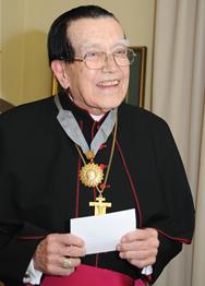 Mons. Sánchez-Moreno al recibir la medalla del Congreso de la República