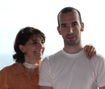 Montse Lezáun con su hijo Diego, asesinado por ETA en Mallorca el 30 de julio de 2009. Diego era el segundo de siete hermanos. El atentado se acababa de reincorporar al trabajo después de una baja de cuatro meses.