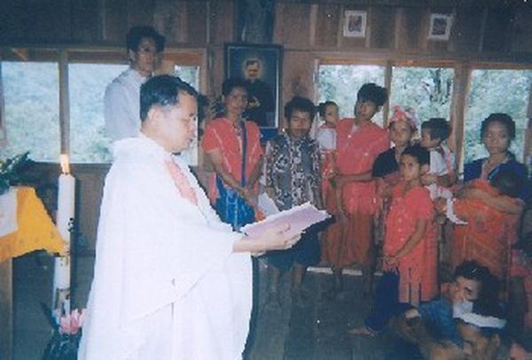 In Tailandia 14 battesimi, cresime e matrimoni