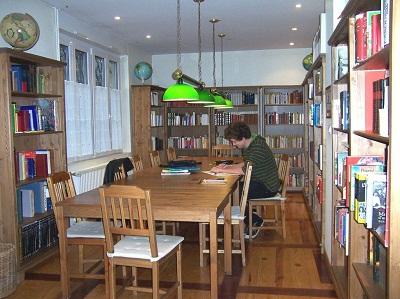 La bibliothèque est un espace de travail très apprécié des résidents. La grande table leur permet d'étudier dans les meilleures conditions possibles. Tout est à portée de main : internet, livres et conseils avisés de ses voisins !