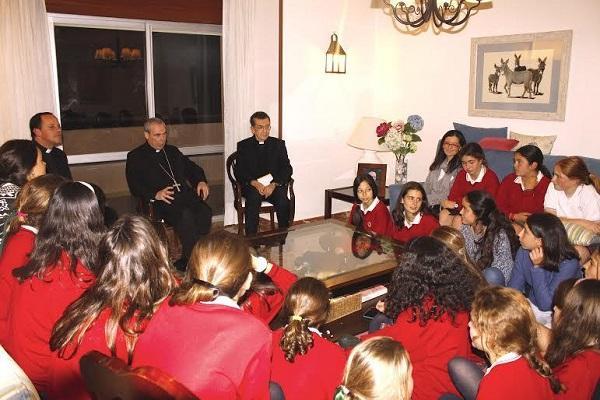 El obispo de Málaga visita el club La Caleta