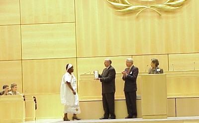 Au Palais des Nations Unies, le docteur Margaret Ogola reçoit le Prix des Familles pour son service humanitaire.
