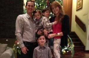Neysha com o marido e os filhos
