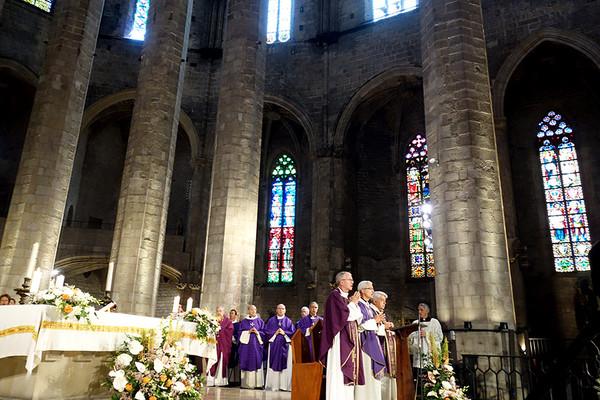 El sacerdote Manuel Cardona, hermano de Teresa, celebró la Eucaristía. Foto: Montse Punsoda