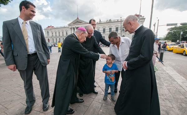 L'attuale Prelato con il suo predecessore durante una visita pastorale a El Salvador.