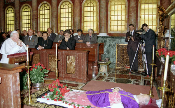 El 23 de marzo de 1994, Juan Pablo II acudió a la iglesia prelaticia de Santa María de la Paz para rezar ante el cuerpo de Mons. Álvaro del Portillo
