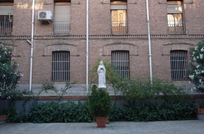 Detrás de la imagen de la Virgen está la antigua Casa de la Congregación de la Misión (PP. Paúles), donde san Josemaría hizo sus Ejercicios Espirituales.