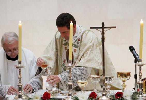 La Eucaristía en honor a san Josemaría se celebró con especial devoción y esmero en cada una de las instituciones en las que se transmite la espiritualidad del fundador del Opus Dei. En la fotografía, detalle de la Misa celebrada en el Hall del Edificio Biblioteca, en la Universidad de los Andes.