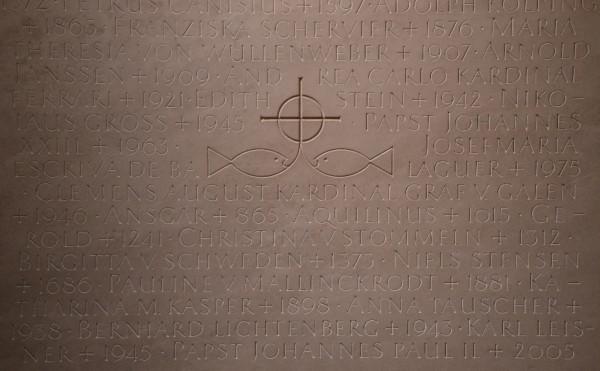 Placa que recuerda la oración de santos y beatos que pasaron por la catedral de Colonia (Alemania).