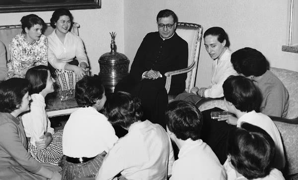 San Josemaría con sus hijas.