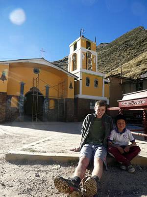 Michael con uno de los niños de Huancachi.