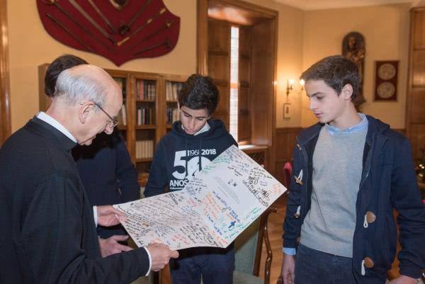 O prelado do Opus Dei, Mons. Fernando Ocáriz, lê as mensagens manuscritas das famílias do Xénon