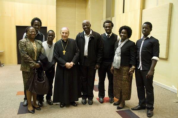Mons. Javier Echevarría con una familia sudafricana.