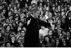 Saint Josemaria adresse un geste chaleureux à l'un de ses interlocuteurs, Buenos Aires (1974)