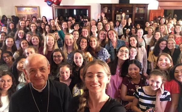 Un selfie con algunas de las jóvenes que frecuentan los medios de formación cristiana.